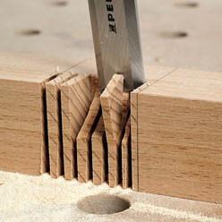 Travail au ciseau à bois.