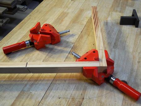 les presses à cadre ou comment assembler et coller en restant à 90°.