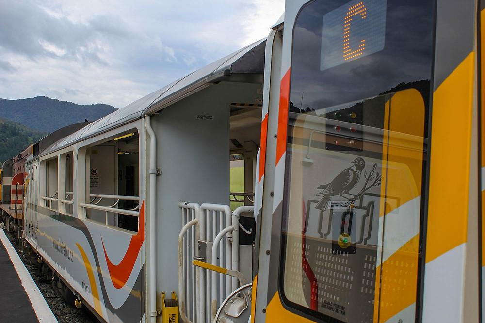 KiwiRail Scenic Journeys kjøres med tog som har åpen fotoplattform.