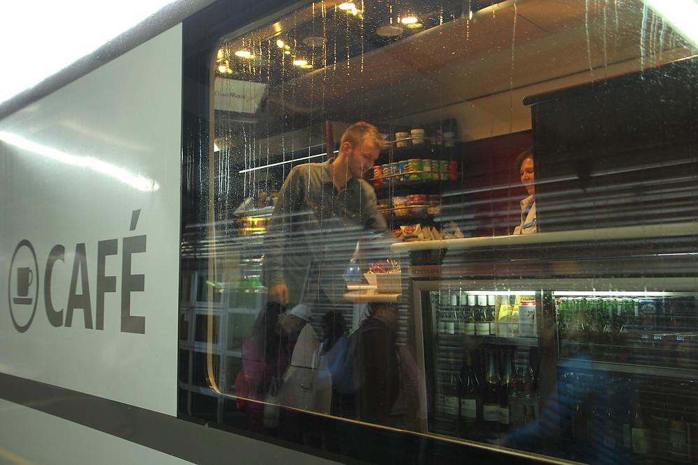 Aldri langt til mat og drikke ombord på KiwiRail Scenic Journeys-togene.