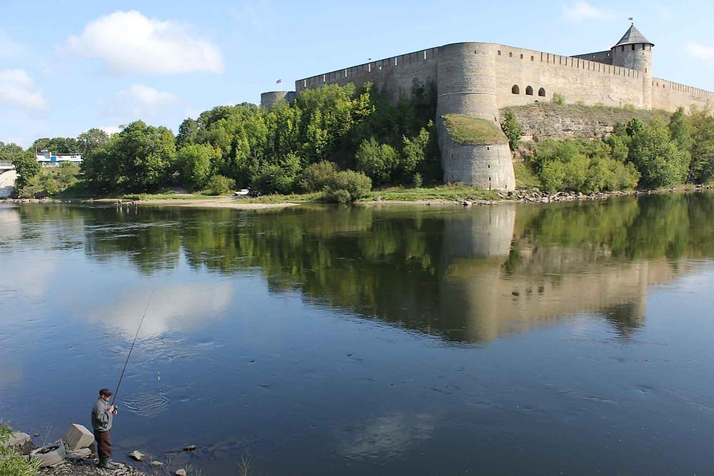 Fredelig søndagssyssel på estisk side av Narva-elven, med utsikt over til russise Ivangorod-festningen.