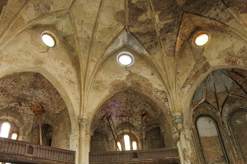 Selve kirkerommet i Aleksandri storkirke i Narva bærer preg av at det har vært noen tunge tiår.
