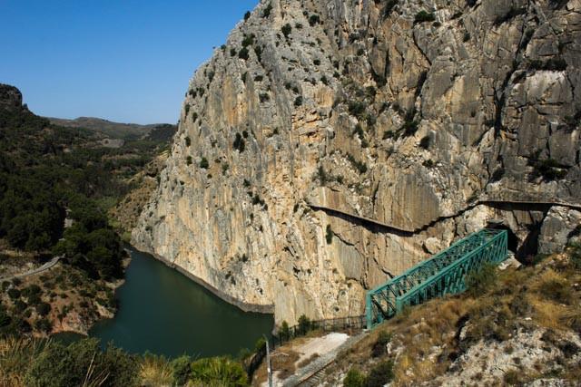Jernbanelinje og tursti på vei inn i canyoen ved El Chorro.