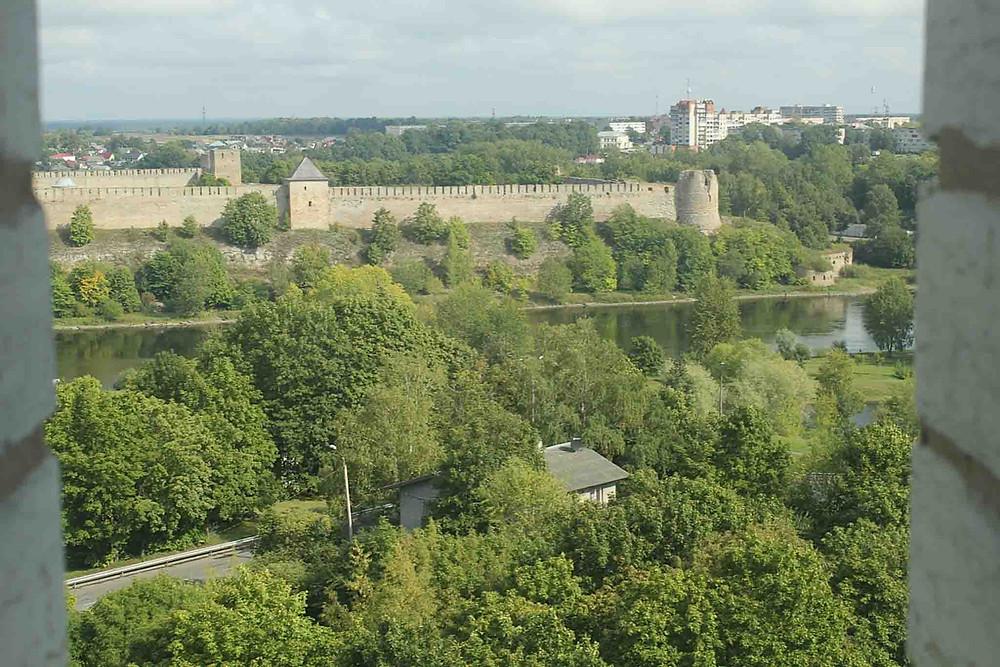 Utsikt til Ivangorod-festningen i Russland fra toppen av Aleksandri storkirke i Narva.