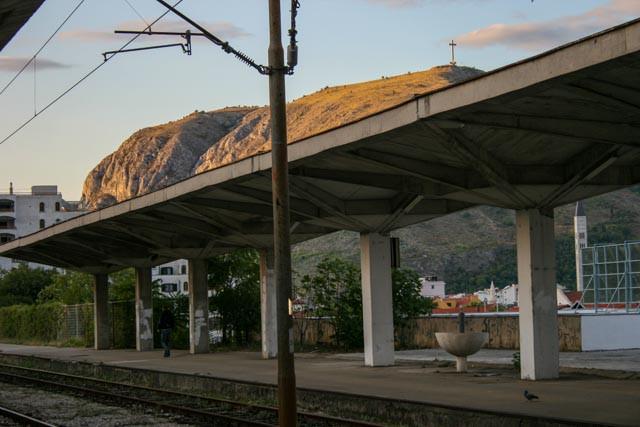 Tidlig morgen på jernbanestasjonen i Mostar.