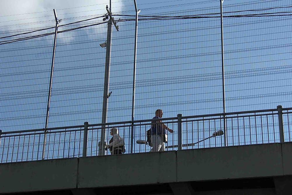 Jevn strøm av folk som går over broen mellom Ivangorod i Russland og Narva i Estland.