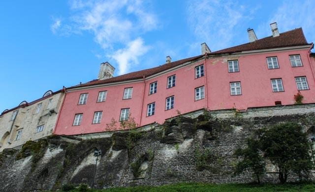Den gamle bymuren setter sitt eget preg på Tallin.