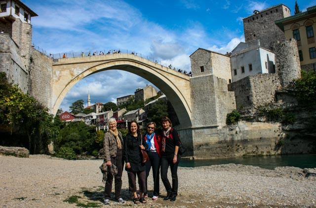 Fire damer på tur i 2008, her foran broen i Mostar.