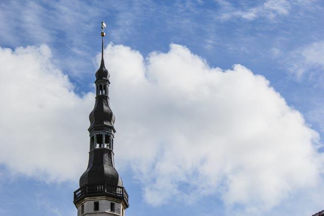 Nord-Europas eneste bevarte gotiske rådhus strekker seg til himmels over alle turistene i Tallin.