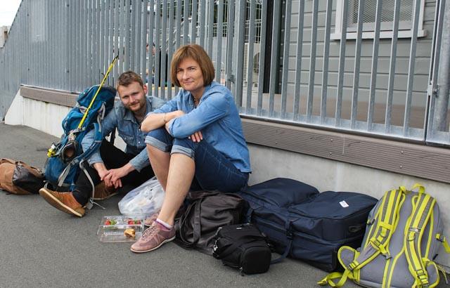 Mens vi venter på buss for tog i utkanten av Auckland.