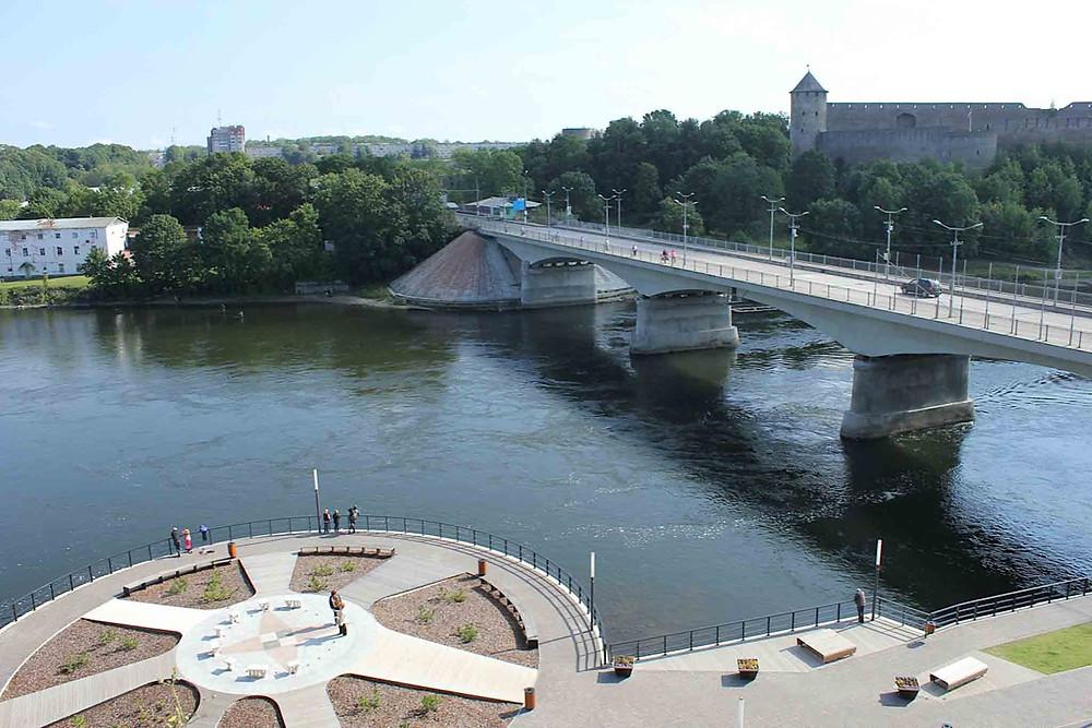 Vakker og påkostet elvepromenade i Narva.