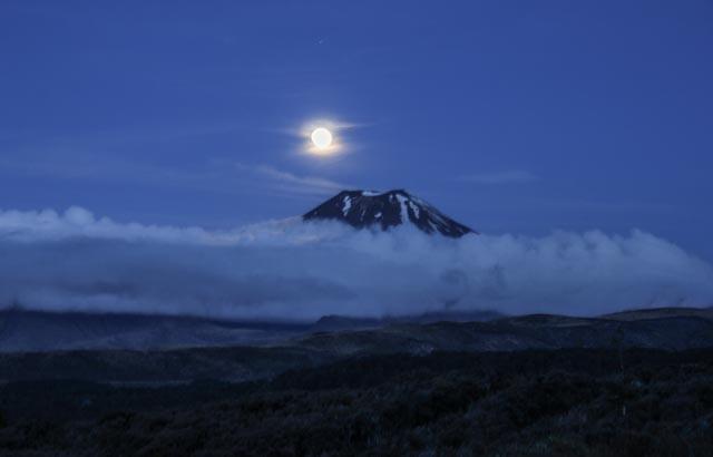 """Fullmåne over """"Mount Doom"""" - """"Dommedagsfjellet"""" i Ringenes herre-filmene."""