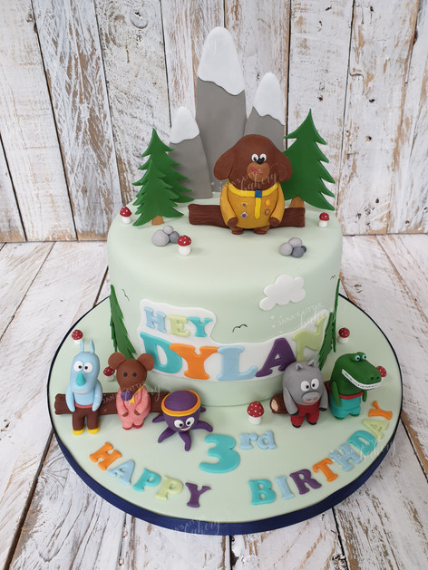 Hey Duggee Cake with all his friends