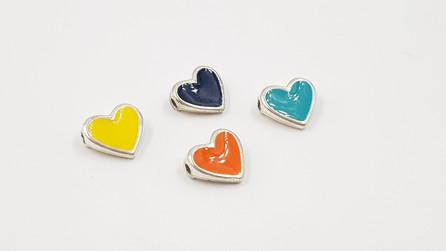 303- לב קטן מעוצב באמייל בצבעים שונים בהשחלה פנימית 4 יח'