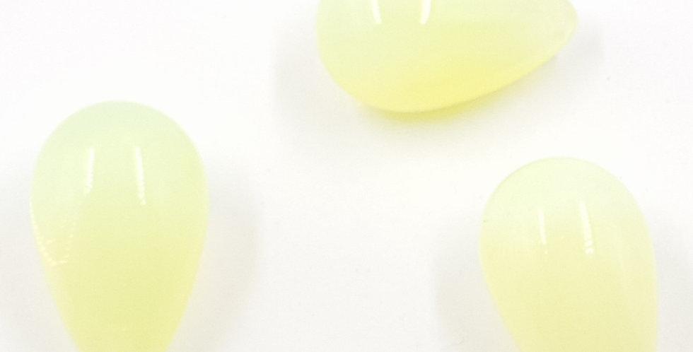3 טיפות בצבע צהוב חלבי