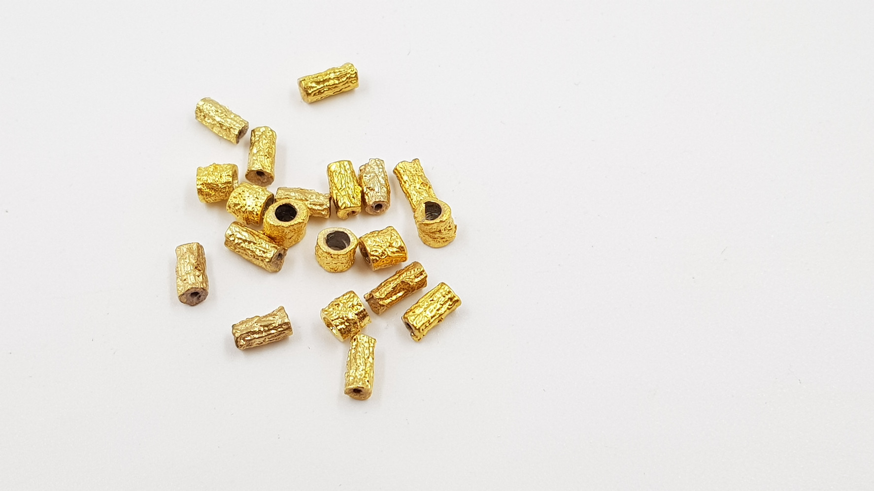 325- חרוז צינור מעוצב בציפוי זהב להשחלה 20 יח'