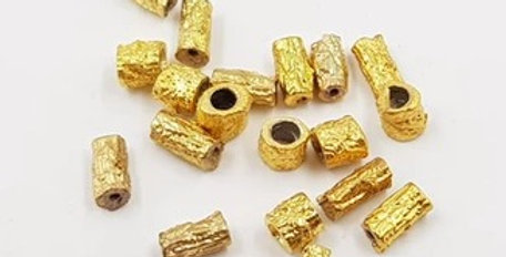 חרוזי צינור בטקסטורה ממתכת בצבע זהב