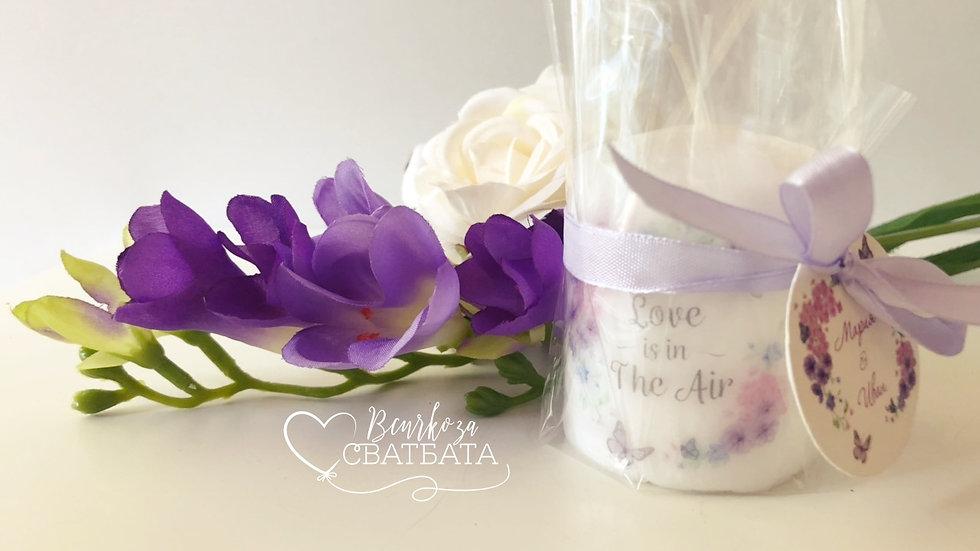 """Подаръче персонализирана свещ """"Лилави пеперуди"""""""