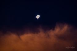 朝焼けに浮かぶ月