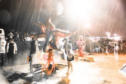 豪雨の中で