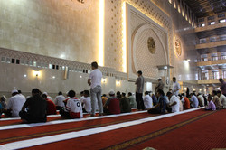 Молиться в мечети