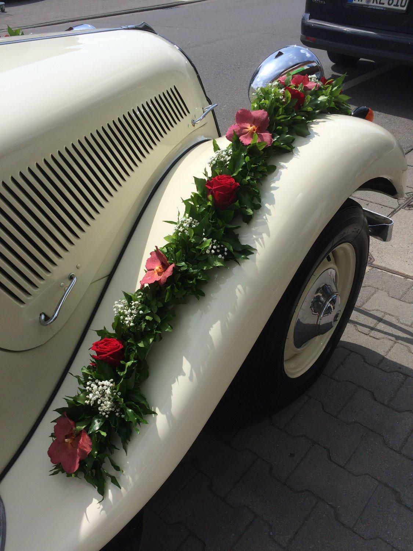 Blumenschmuck für das Hochzeitsauto