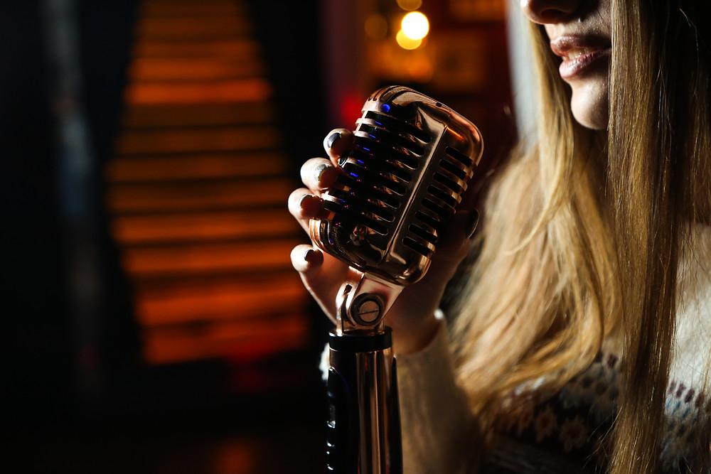 <a href='https://www.freepik.com/photos/music'>Music photo created by stockking - www.freepik.com</a> aloittelija, ammattilainen, esiintyminen, artisti, laulaja, laulaminen, laulutekniikka, laulutunnit