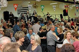 succes-populaire-au-fest-noz-de-la-semaine-bretonne.jpg