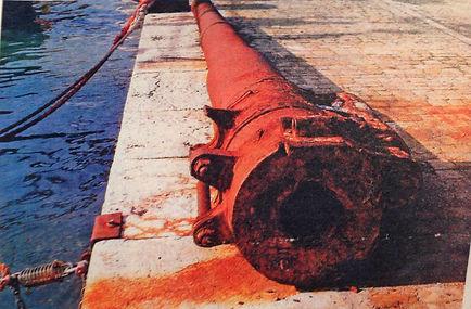 Cannone sulla banchina molo 5 porto antico Ancona