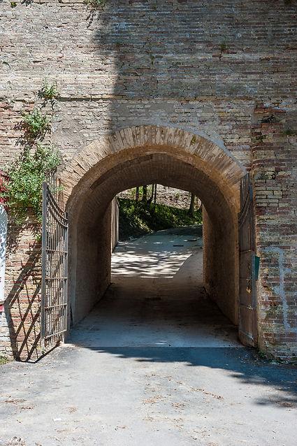 Porta poterna e androne che conducono al maneggio della Cittadella di Ancona in via Circonvallazione, accesso carrabile al Campo Trincerato, oggi parco pubblico Cittadella
