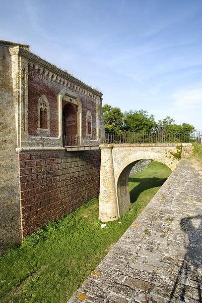 Ponte levatoio del forte Altavilla di Ancona, ingresso sopra fossato.