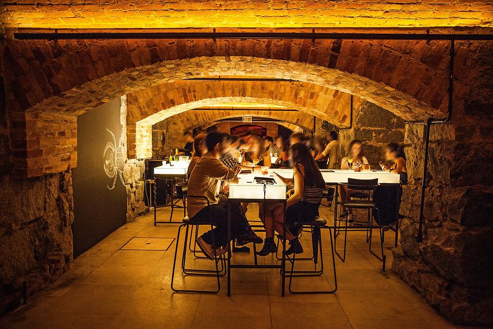 Balcões reluzentes compõem o ambiente do Bar dos Arcos, no centro, Foto: Clayton Vieira / Veja SP.