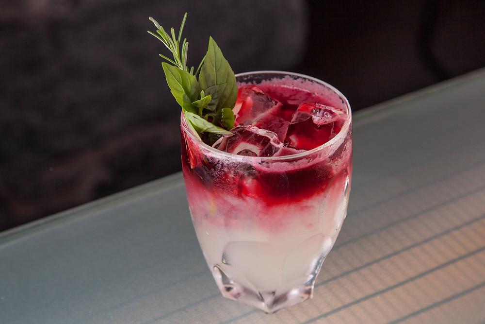 Tosca: drinque autoral da argentina Chula, combina tequila, licor de laranja, gengibre, limão-taiti, soda de hibisco e raspa de laranja. Foto: Clayton Vieira / Veja SP,