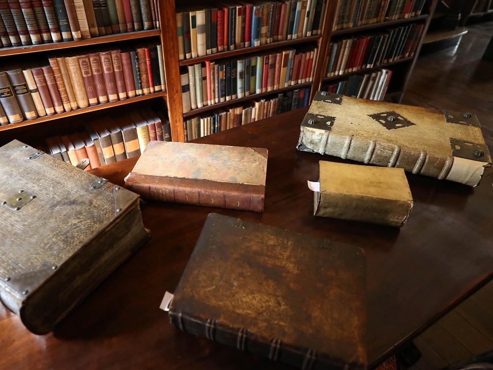 A biblioteca do Mosteiro de São Bento tem alguns livros raros em sua coleção. O mais antigo é uma bíblia de Gutenberg, de 1496, cerca de cem anos antes da chegada dos monges no Brasil. foto: Junior Lago/Uol