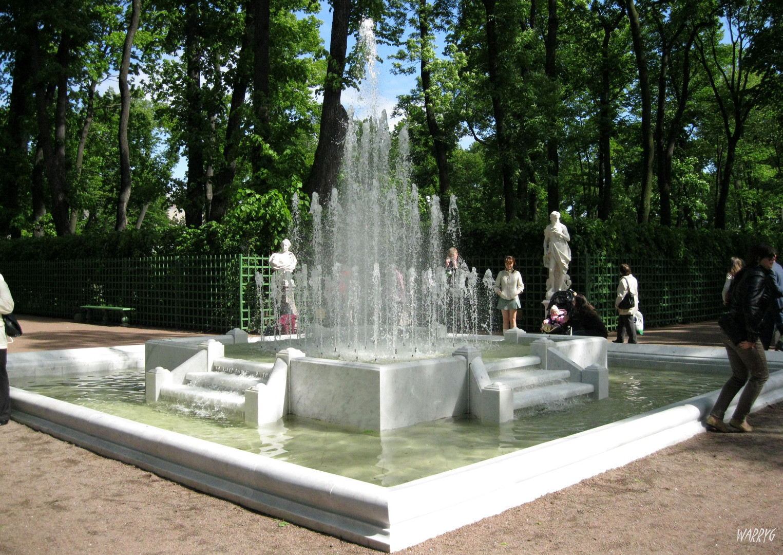 Jardin_d'ÇtÇ_-_Fontaine_pyramide.jpg