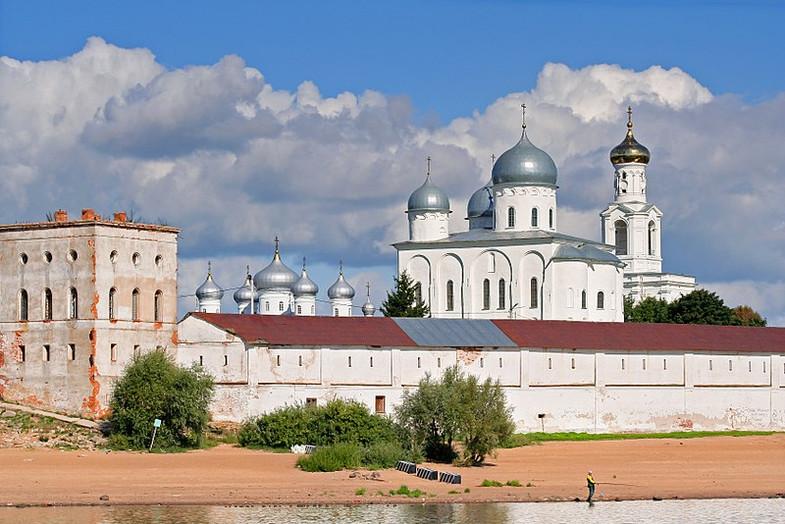 800px-Novgorod_-_View_on_Yuriev_Monaster