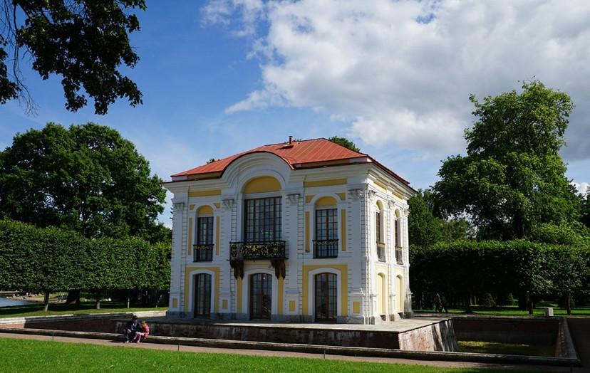 small-palace-with-moat-peterhof-.jpg