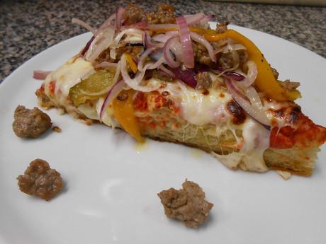 Pizza Contadina (salsiccia, peperoni, cipolla)