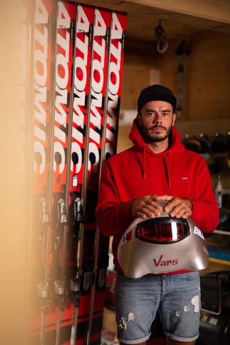 Simon, le skieur le plus rapide du monde qui ne veut plus  s'arrêter.