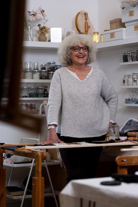Marie, la brodeuse d'art qui suit le fil de sa liberté.