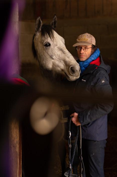 Henri, le cavalier qui aime les chevaux et le bourguignon.