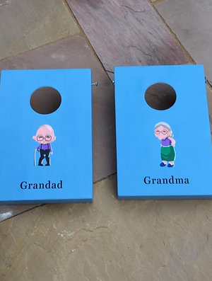 Grandma vs Grandad cornhole game with 8 x throwing bags