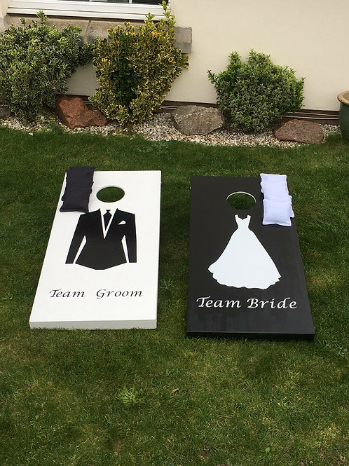 Wedding cornhole boards with 8 x throwing bags