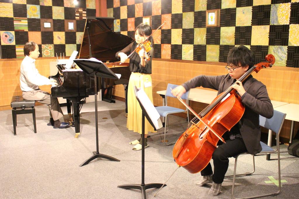 毎回の授業でトリオの生演奏を聴きます!