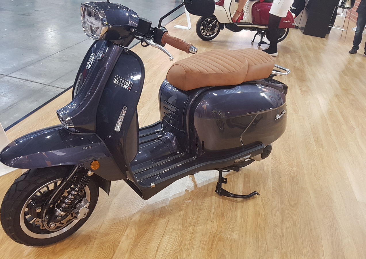 Royal Alloy GP300 in High Class grey with tan king and queen seat and grips
