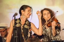 chanteuse et violoniste du quatuor folk