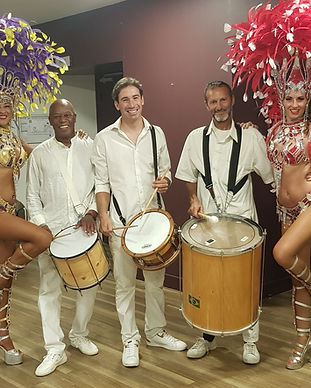musiciens et danseuses brésiliennes samb