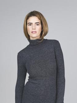Modell in Turtleneck Kleid