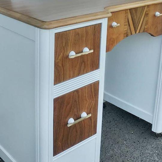 Vanity drawers white and wood