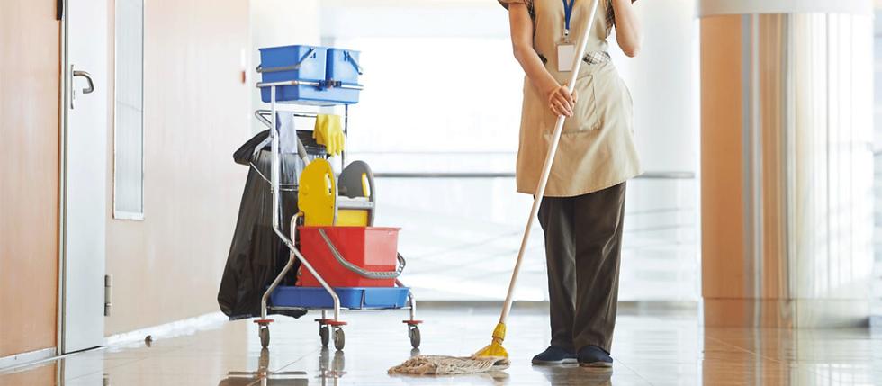 Mujer-de-la-limpieza-limpiando-una-ofici